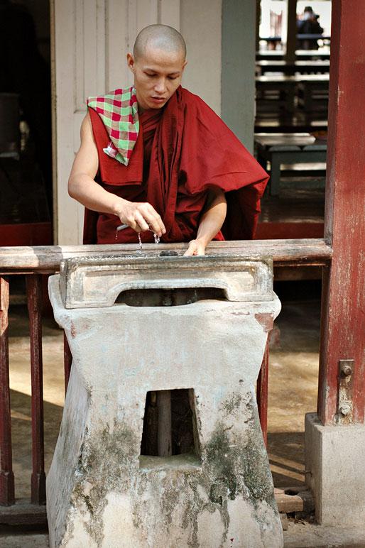 Moine au monastère Maha Ganayon à Amarapura, Birmanie