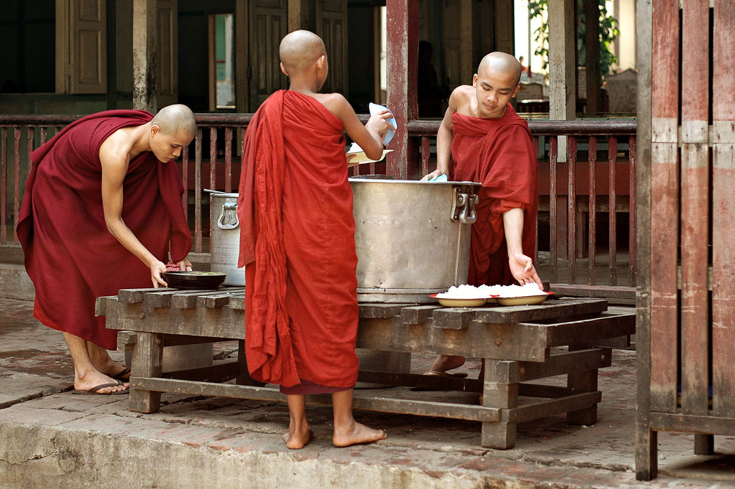 Préparation du repas des moines au monastère Maha Ganayon, Birmanie