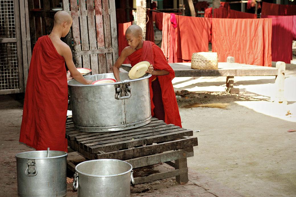 Moines et marmite de riz au monastère Maha Ganayon, Birmanie