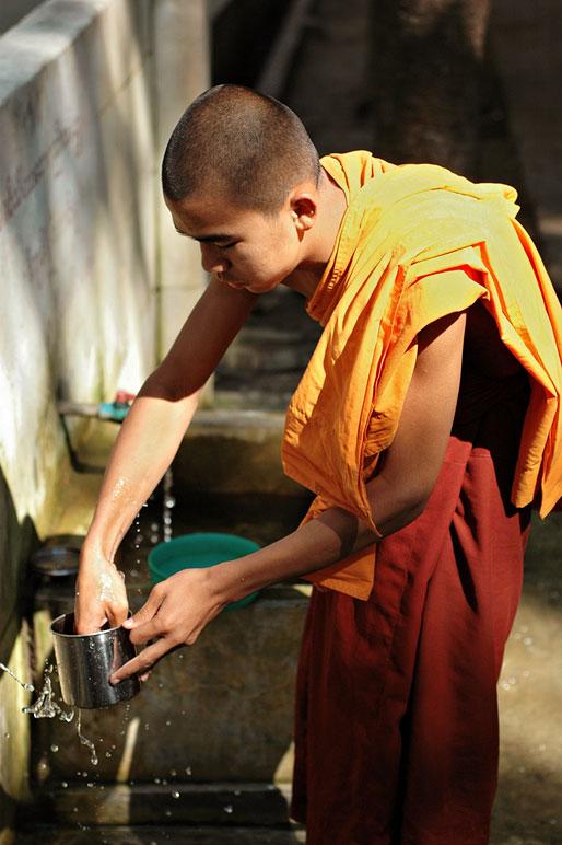 Moine qui fait la vaisselle au monastère Maha Ganayon, Birmanie