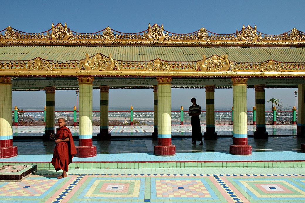 Novice à la pagode Sun U Ponnya Shin à Sagaing, Birmanie