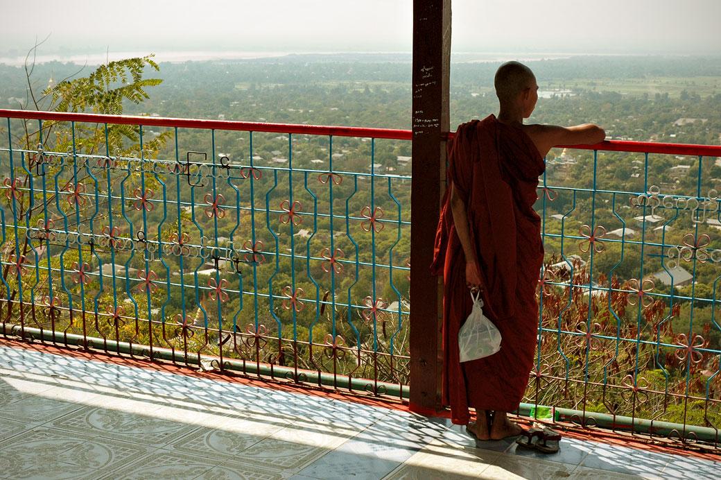 Moine à la pagode Sun U Ponnya Shin, Birmanie