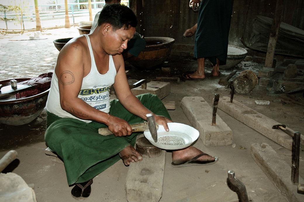 Artisan argentier dans son atelier à Sagaing, Birmanie