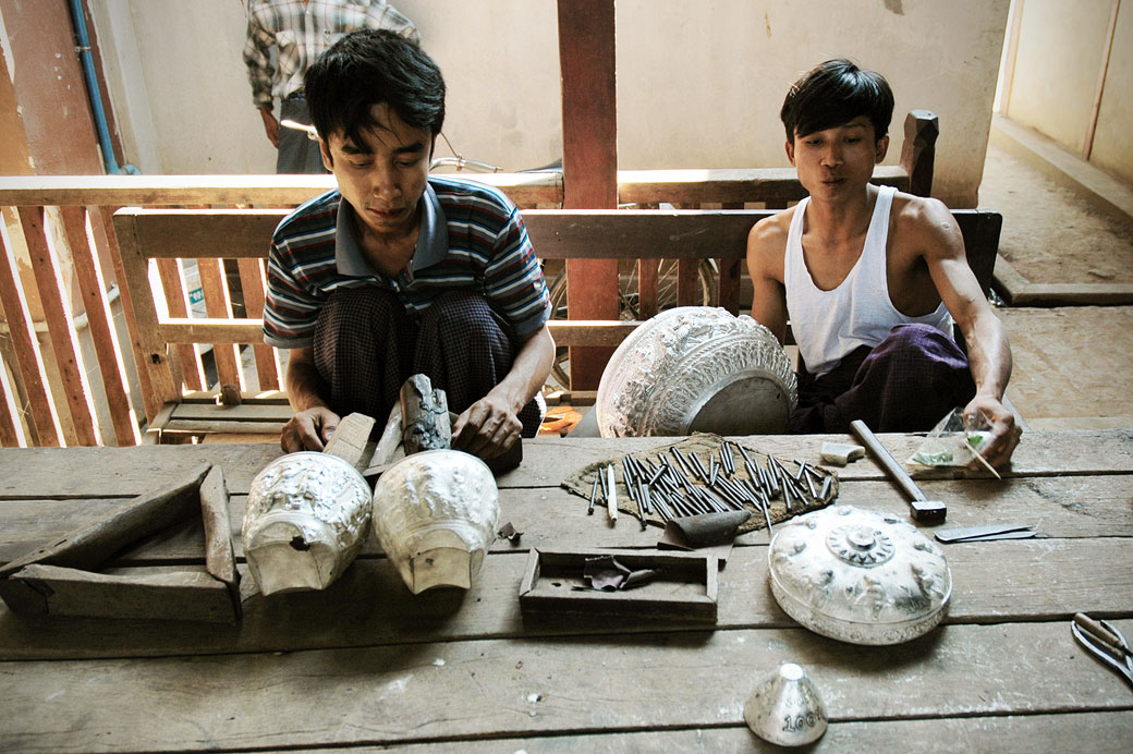 Artisants argentiers à Sagaing, Birmanie