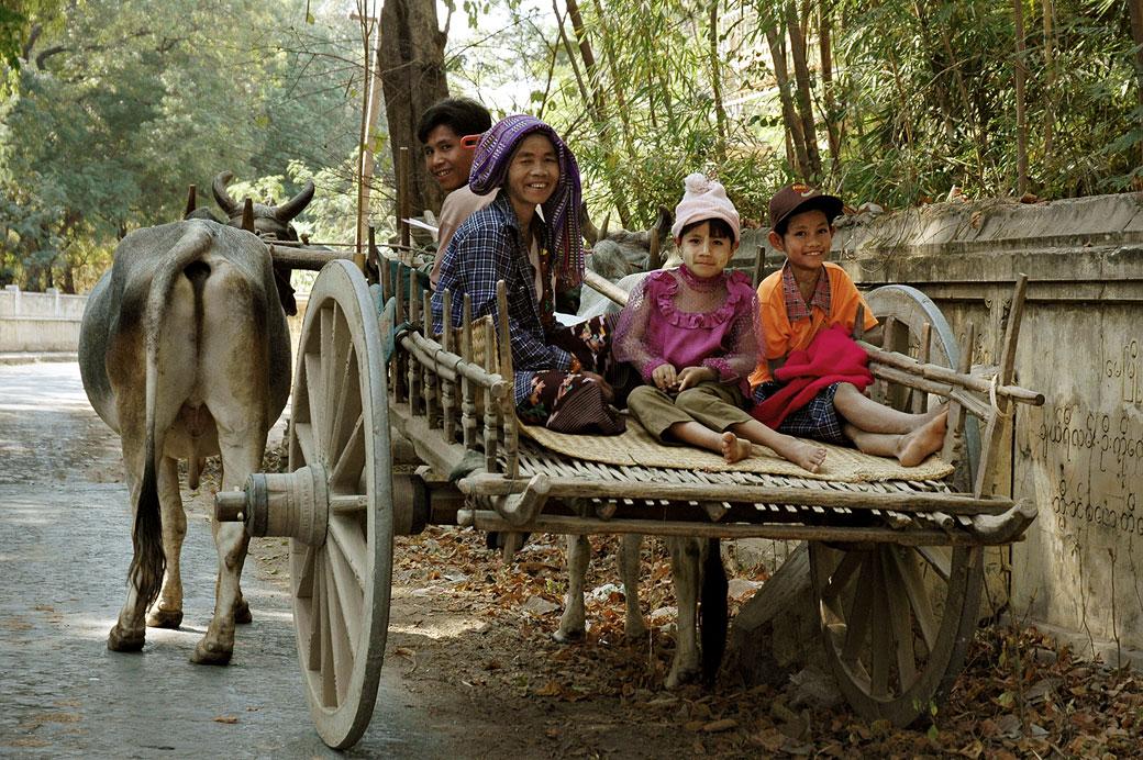 Famille sur un char à boeufs, Birmanie