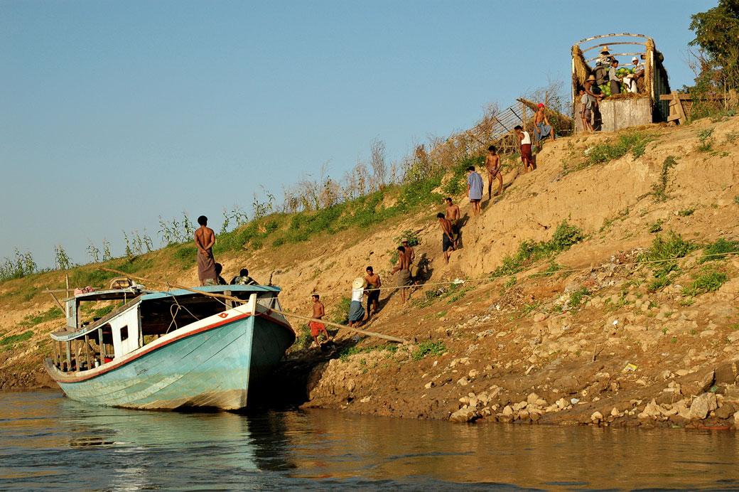Déchargement manuel d'un bateau, Birmanie