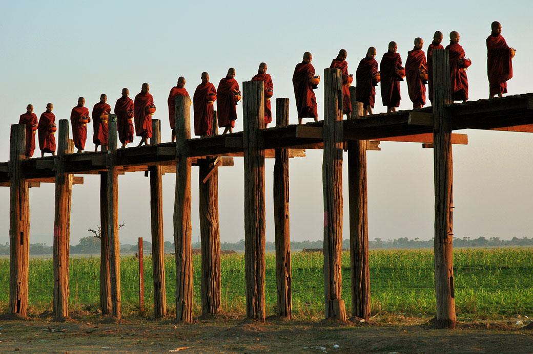 Défilé de moines sur le pont U Bein à Amarapura, Birmanie