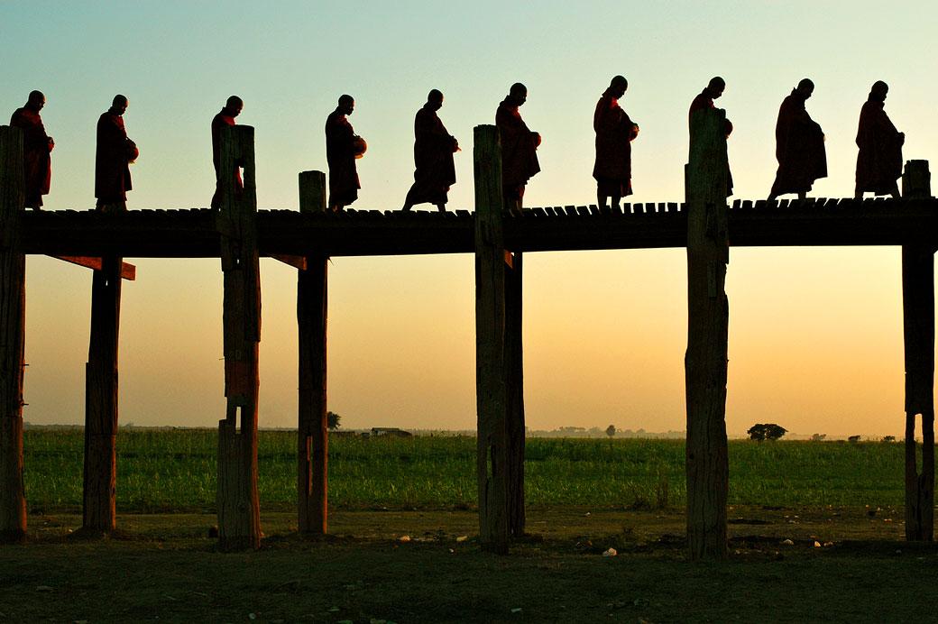 Silhouettes de moines sur le pont U Bein à Amarapura, Birmanie