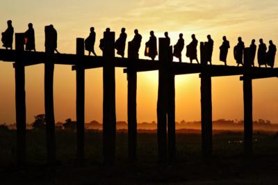 Ombres des moines sur le pont U Bein à Amarapura, Birmanie