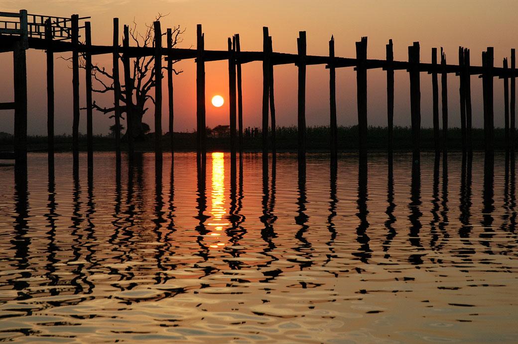 Pont U Bein au coucher du soleil à Amarapura, Birmanie