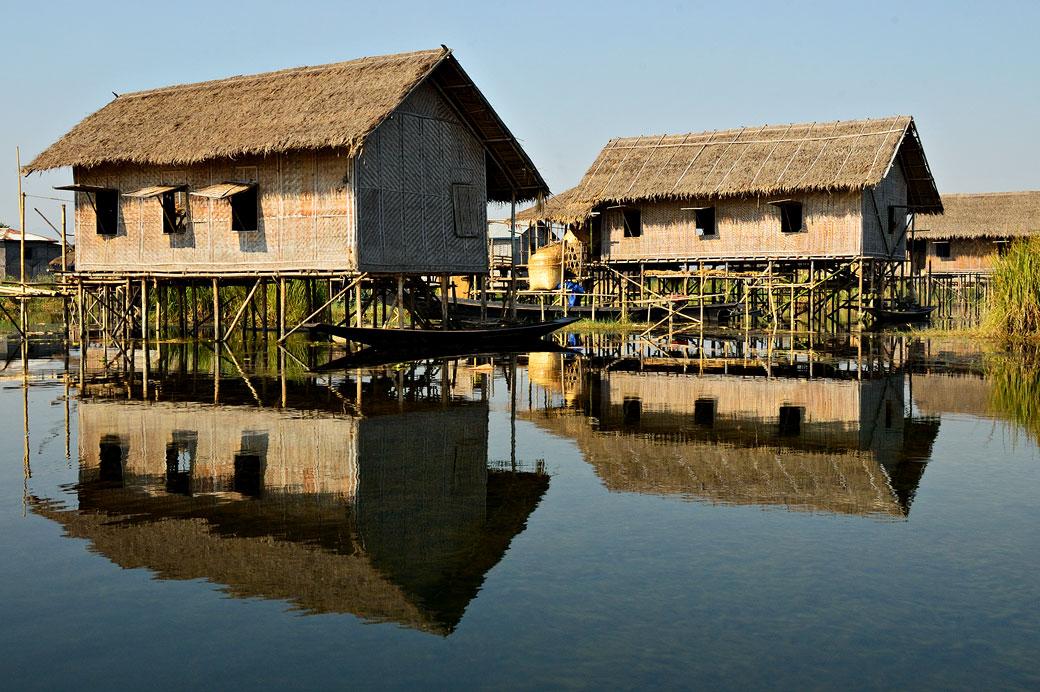 Réflexion de maisons d'un village Intha sur le lac Inle, Birmanie