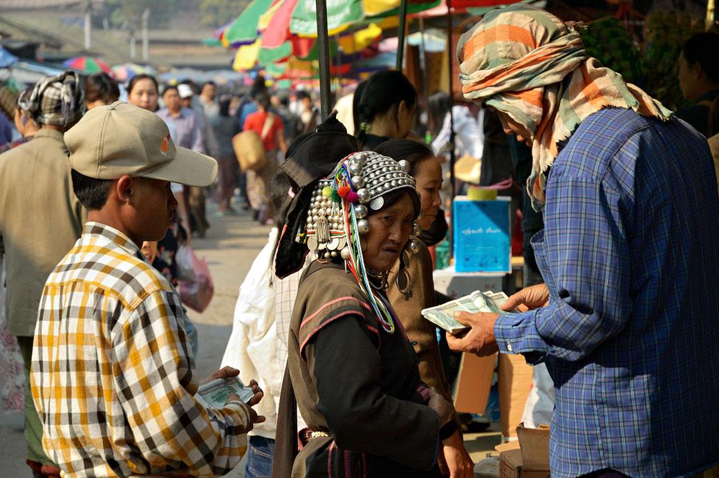Femme Akha au marché de Kengtung, Birmanie