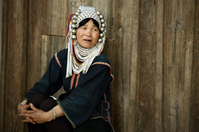 Femme Akha assise devant sa maison, Birmanie