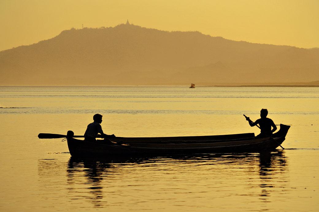 Deux personnes dans une barque sur le fleuve Irrawaddy à Bagan, Birmanie