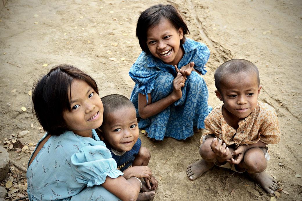 Groupe d'enfants souriants à Bagan, Birmanie
