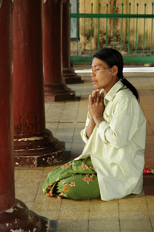 Femme qui médite dans un temple de Bagan, Birmanie