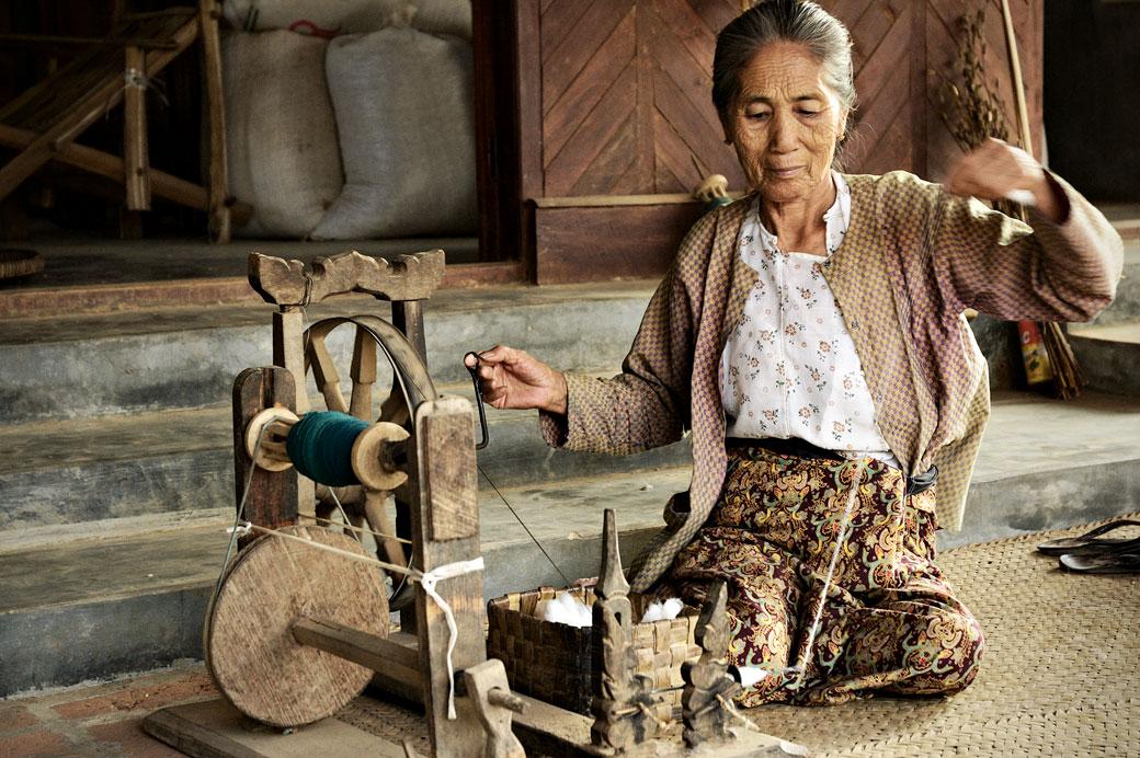 Femme âgée avec son rouet, Birmanie