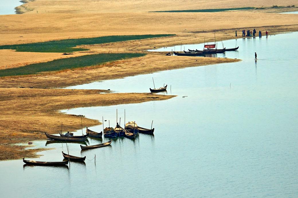 Petits bateaux sur les berges de l'Irrawaddy à Bagan, Birmanie
