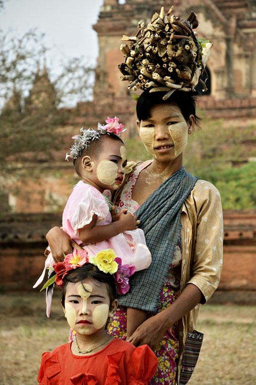 Maman avec ses filles enduit de thanaka à Bagan, Birmanie