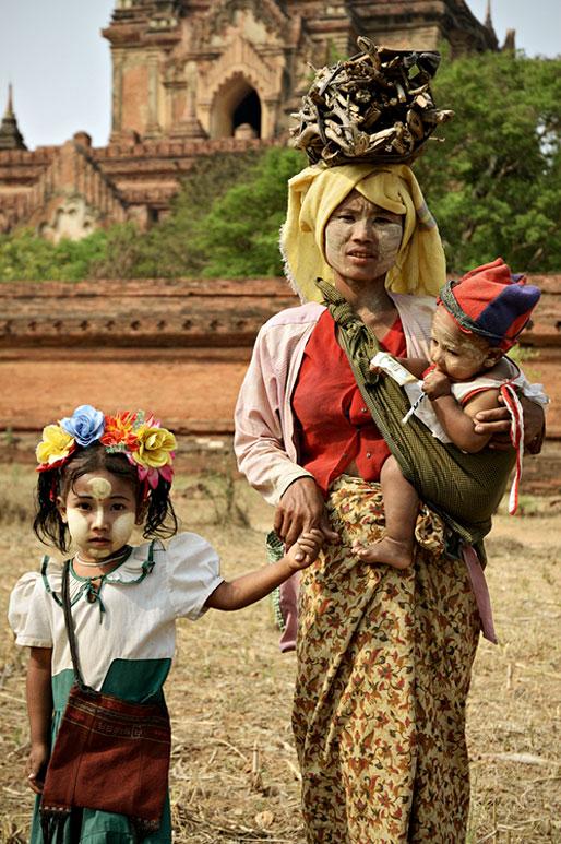 Maman avec ses enfants enduit de thanaka à Bagan, Birmanie