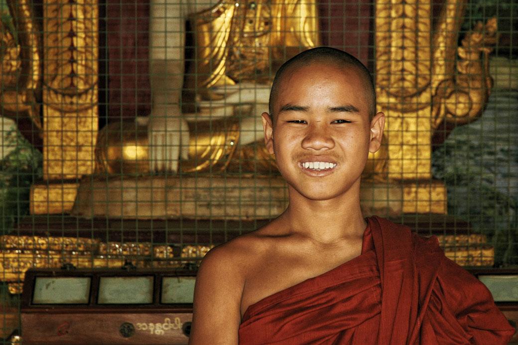 Jeune moine souriant dans un temple de Bagan, Birmanie