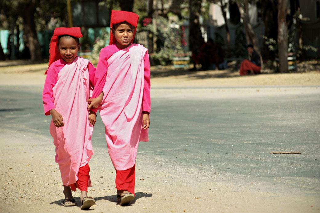 Jeunes nonnes bouddhistes sur une route de Bagan, Birmanie