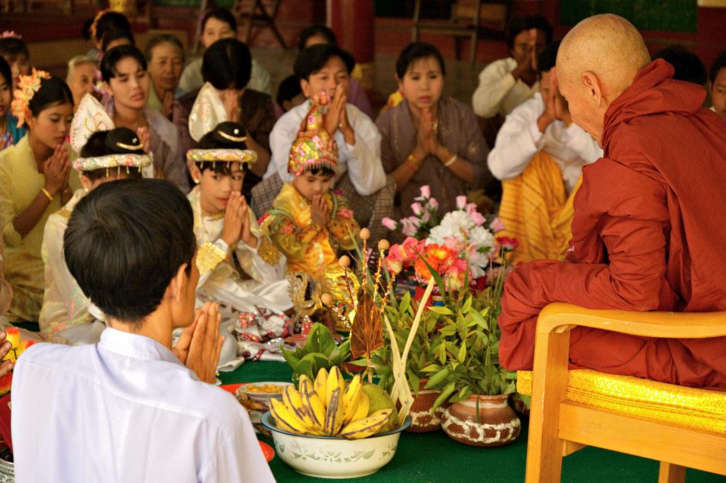 Cérémonie de noviciat à la pagode Shwezigon de Bagan, Birmanie