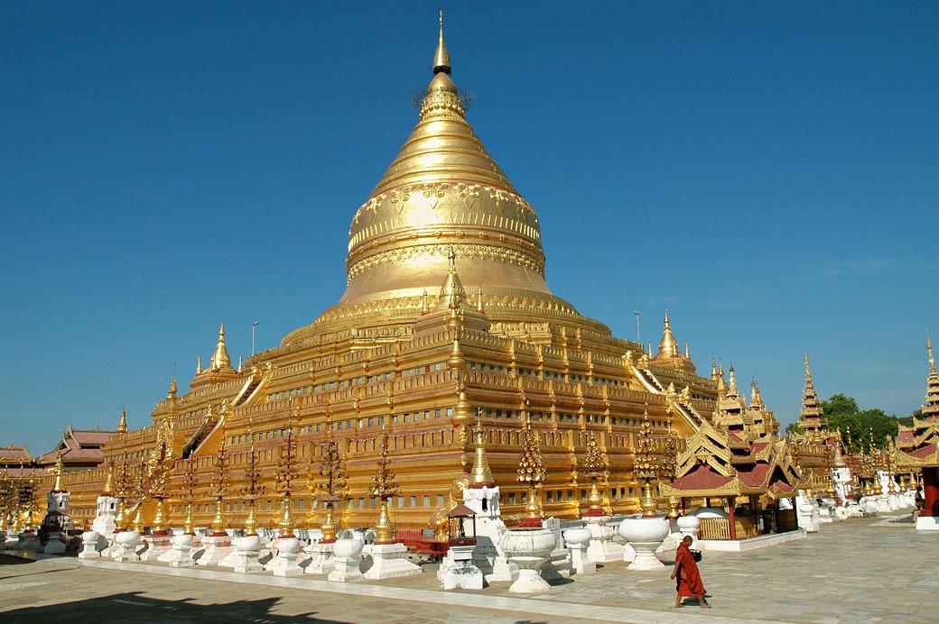 Un moine passe devant la pagode Shwezigon de Bagan, Birmanie
