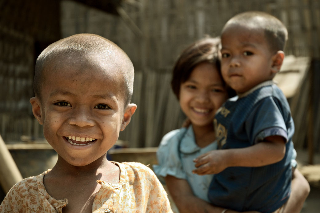 Portrait d'enfants souriants à Bagan, Birmanie