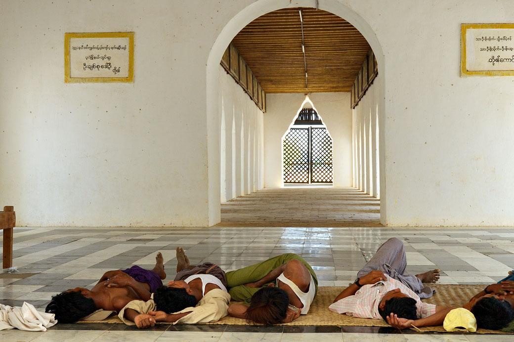 Cinq hommes font la sieste dans un temple de Bagan, Birmanie