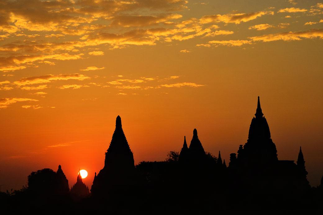 Lever de soleil sur les temples de Bagan, Birmanie