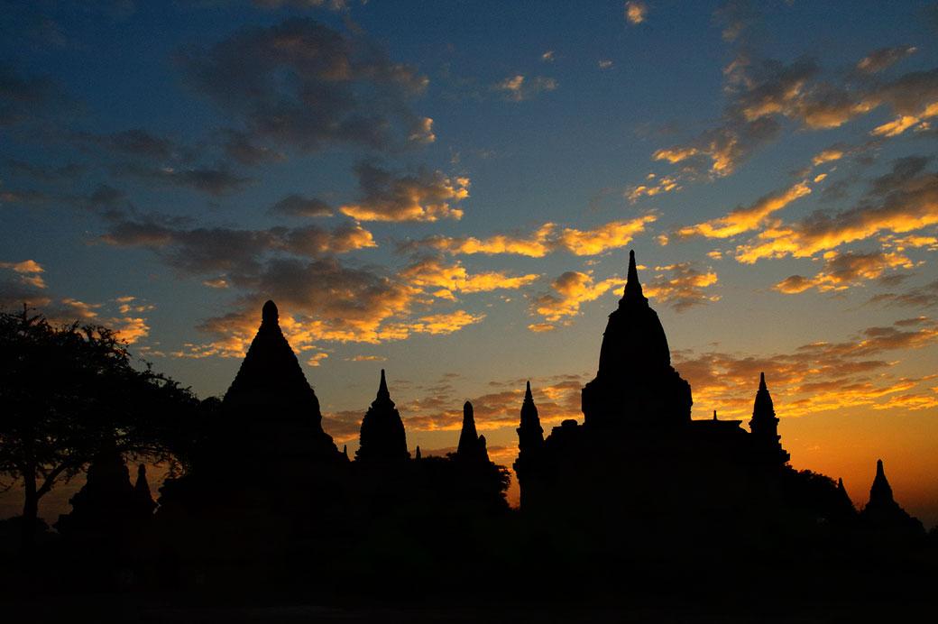 Silhouettes des temples de Bagan au lever du soleil, Birmanie