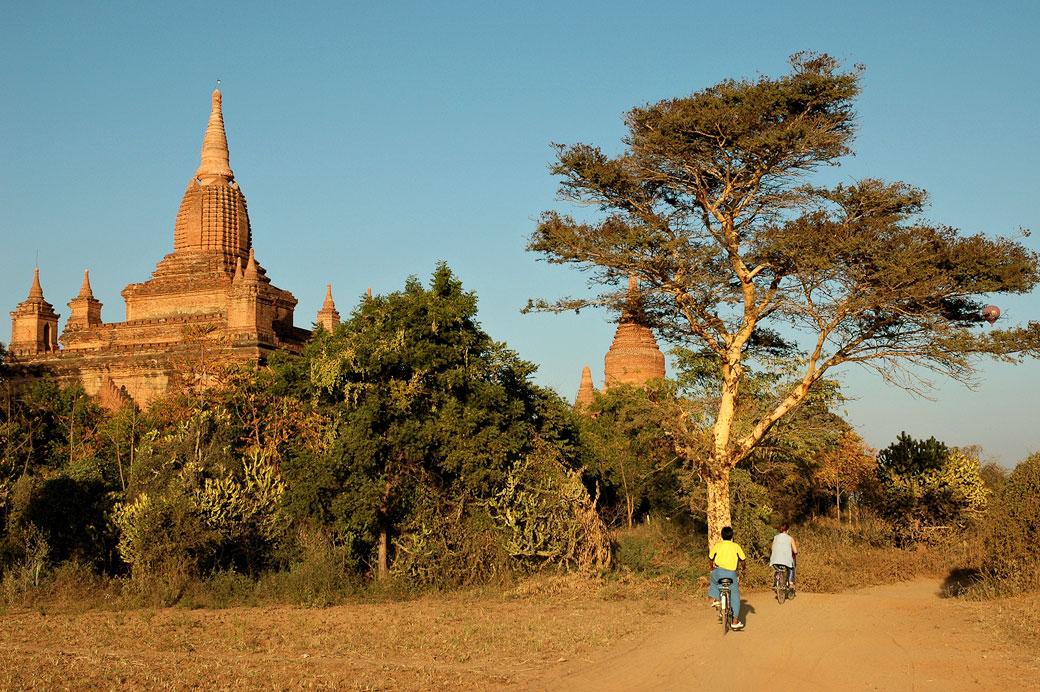 Vélos au milieu des temples de Bagan, Birmanie
