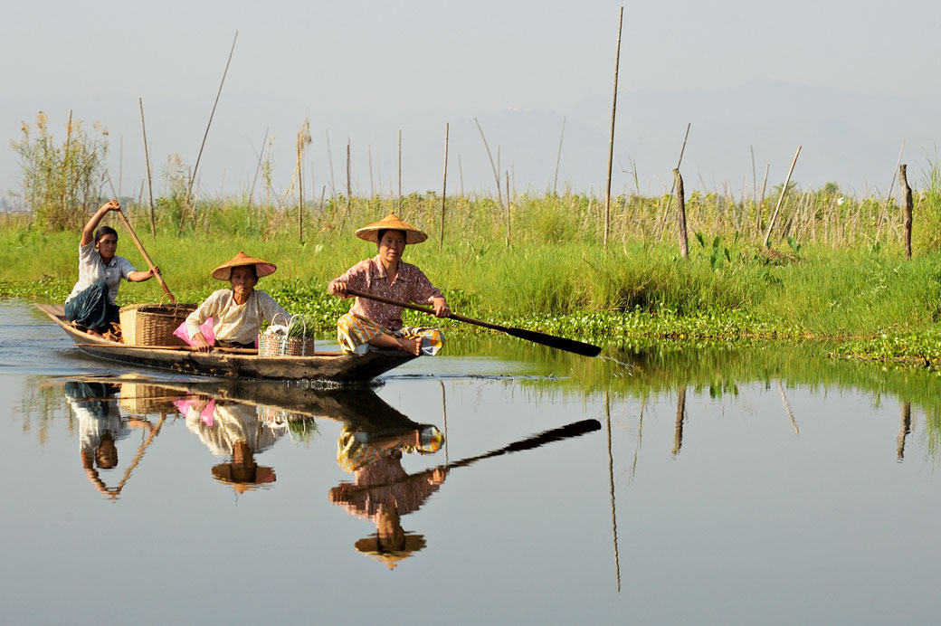 Trois femmes sur une barque au lac Inle, Birmanie