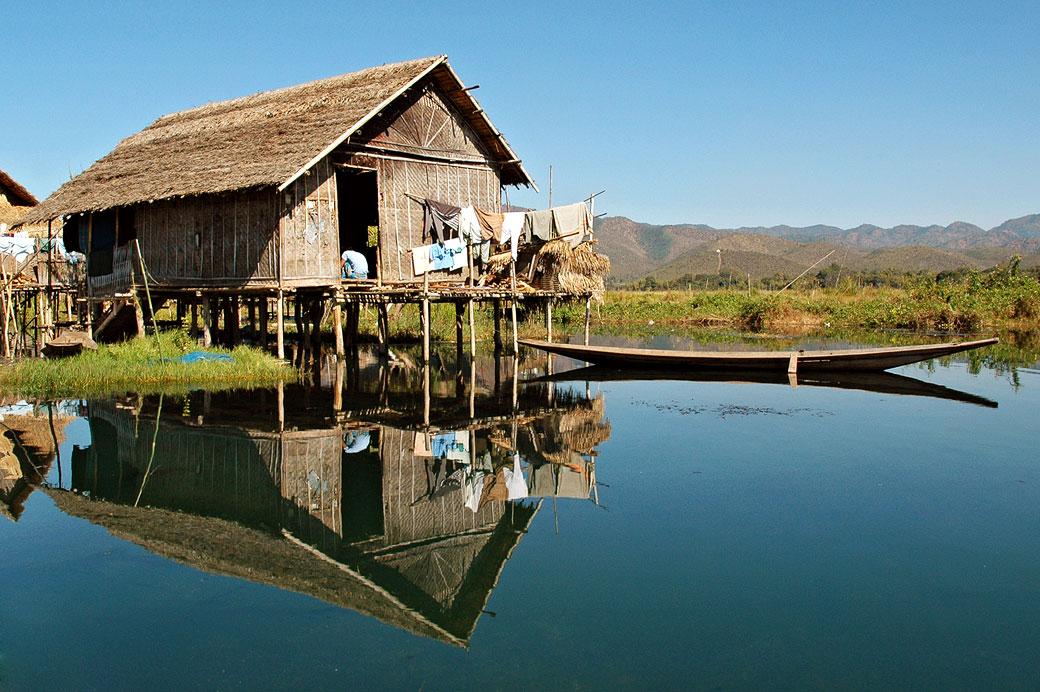 Réflexion d'une maison Intha sur le lac Inle, Birmanie