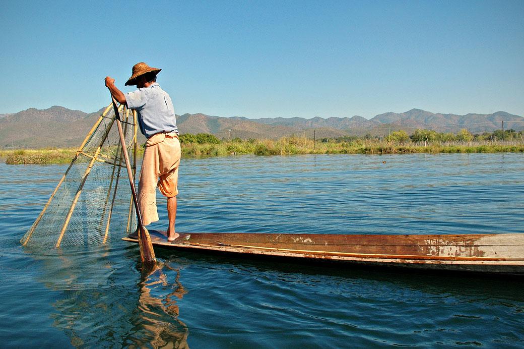 Pêcheur Intha avec son filet conique sur le lac Inle, Birmanie