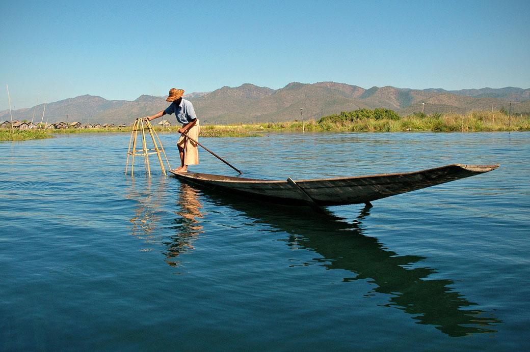 Pêcheur Intha sur le lac Inle, Birmanie