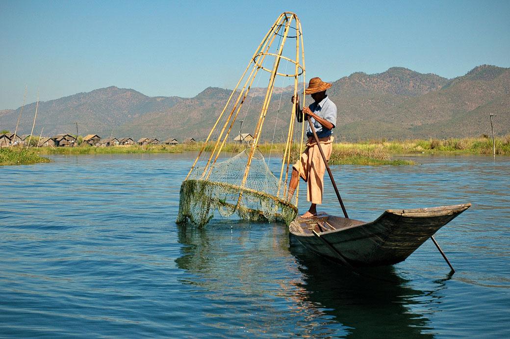 Pêcheur Intha et son filet conique sur le lac Inle, Birmanie