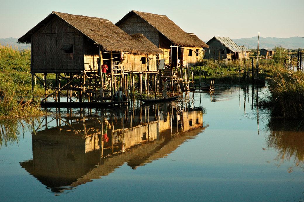 Réflexion de maisons sur pilotis sur le lac Inle, Birmanie