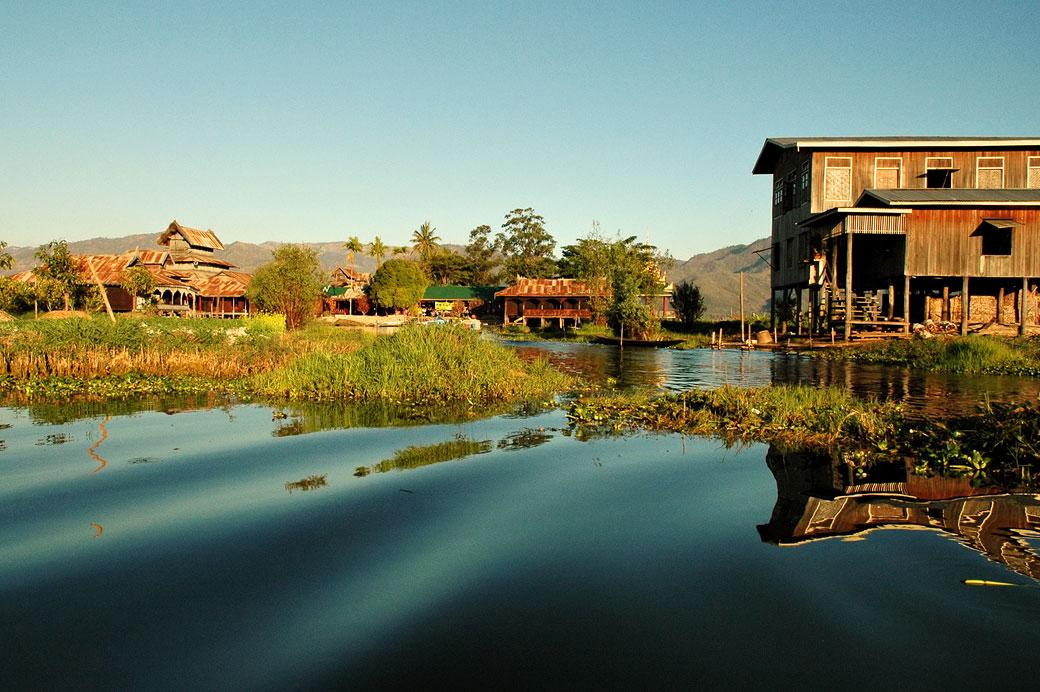 Village sur le lac Inle, Birmanie