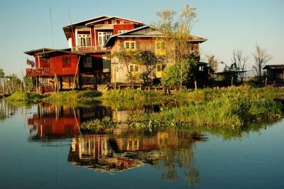 Réflexion de maisons colorées sur le lac Inle, Birmanie