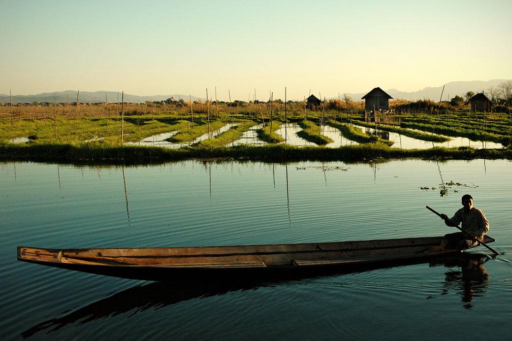 Barque et jardins flottants sur le lac Inle, Birmanie