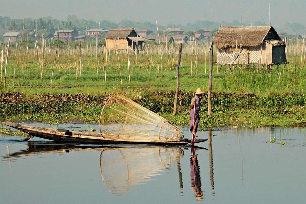 Réflexion d'un pêcheur Intha sur le lac Inle, Birmanie