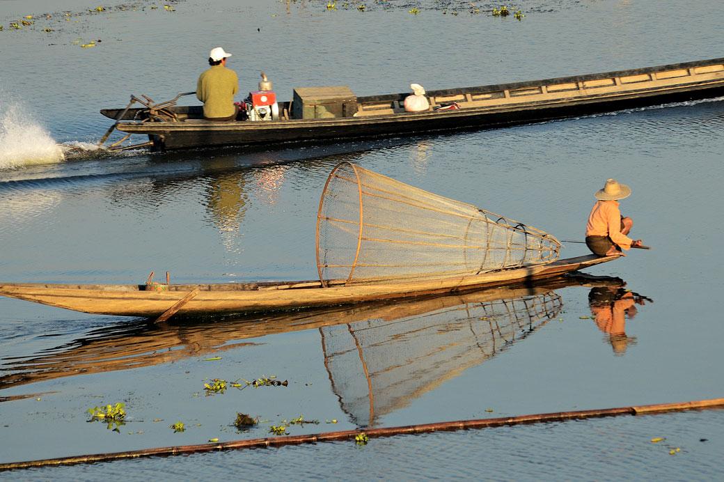 Pêcheur Intha et barque à moteur sur le lac Inle, Birmanie