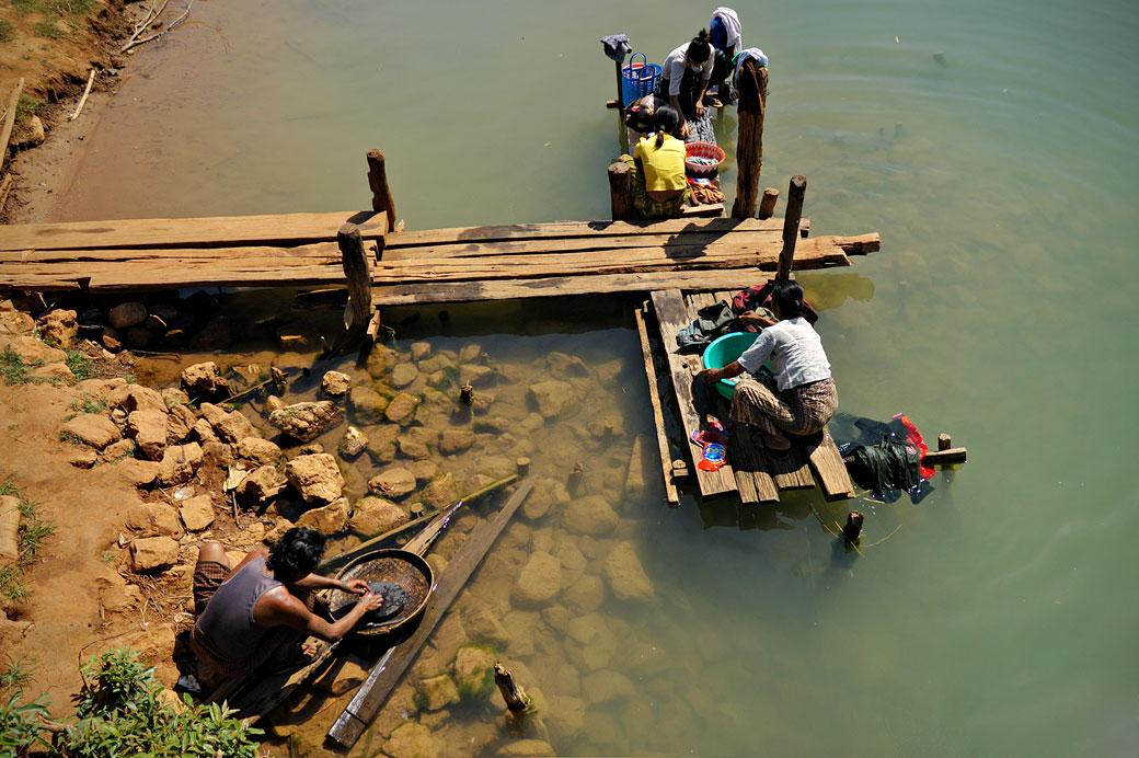 Lessive au bord du lac Inle, Birmanie