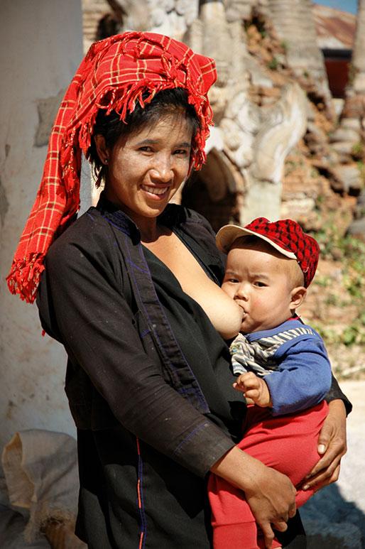 Maman Pa-O qui allaite son bébé, Birmanie