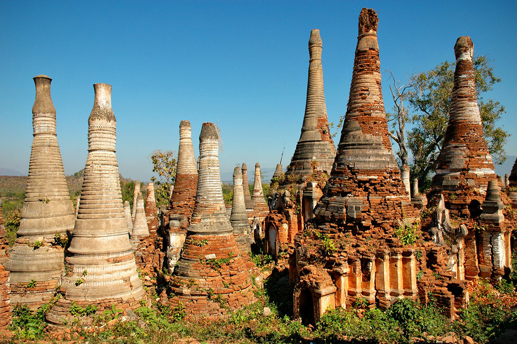 Pagode de Shwe Inn Thein perdue dans la végétation, Birmanie