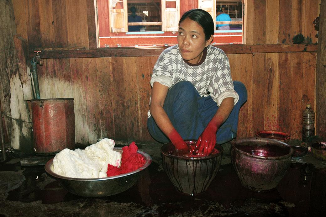 Femme qui pratique la teinture artisanale au lac Inle, Birmanie
