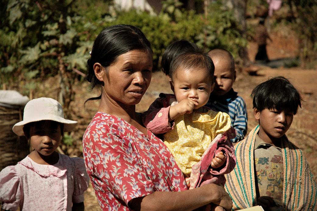 Maman et enfants dans l'état Shan, Birmanie