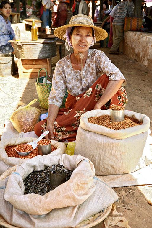 Vendeuse au marché de Heho, Birmanie